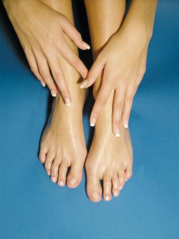 Füße vor Blau