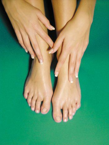 Füße vor Grün