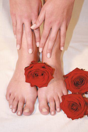 Füße rote Rosen