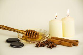 Honigmassage Stillleben Kerzen quer