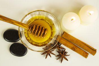 Honigmassage Stillleben Kerzen Draufsicht