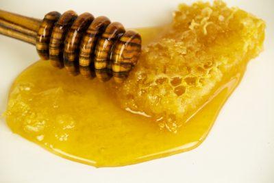 Honigmassage Stillleben Honigwabe Honigheber
