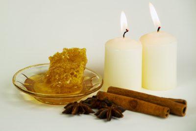 Honigmassage Stillleben Wabe Kerzen