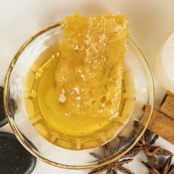 Honigmassage Stillleben Wabe Draufsicht