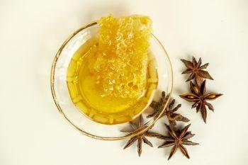 Honigmassage Stillleben Wabe Anis quer